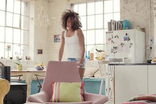 あなたの会社名やロゴを女性がハッピーダンスで宣伝します。
