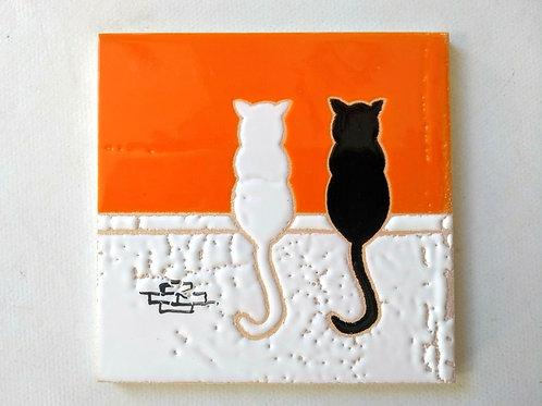 Quadrinho Gatos no muro, céu laranja. Azulejo 10x10cm