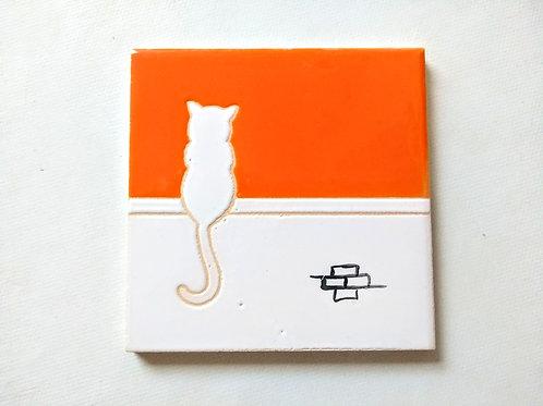 Quadrinho Gato branco no muro, céu laranja. Azulejo 10x10cm
