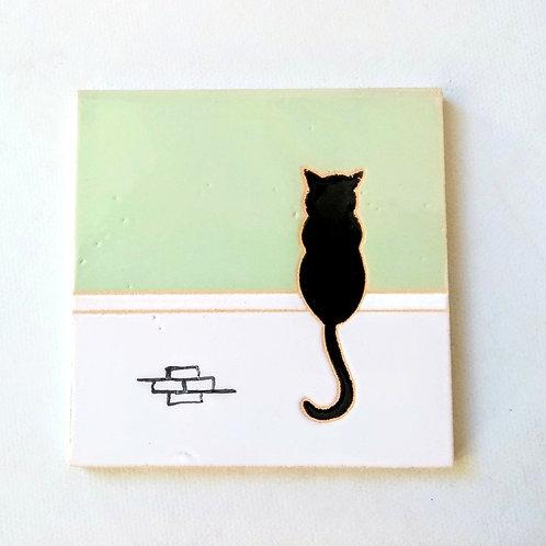 Quadrinho Gato preto no muro, céu verde claro. Azulejo 10x10cm