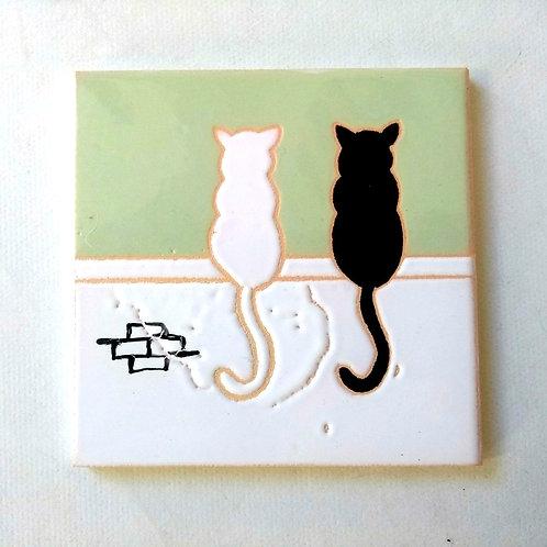Quadrinho Gatos no muro, céu verde claro. Azulejo 10x10cm