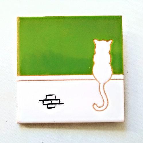 Quadrinho Gato branco no muro, céu verde. Azulejo 10x10cm