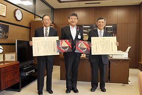 社会活動参加章小椋市長と16.10.20.JPG