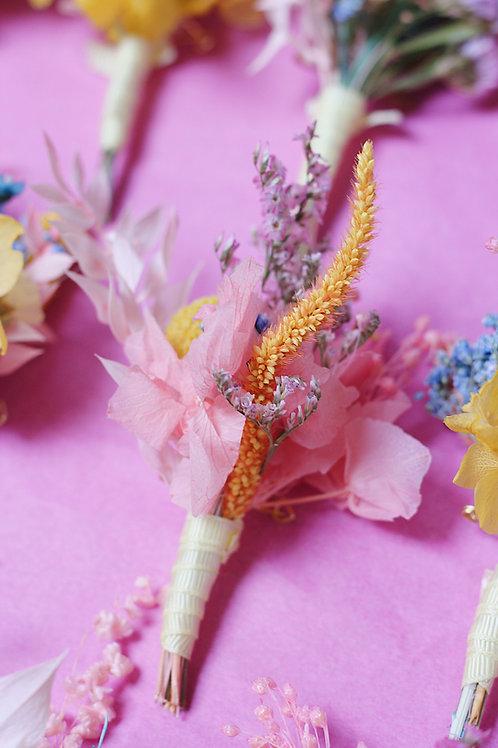 Boutonnière de fleurs séchées sur-mesure