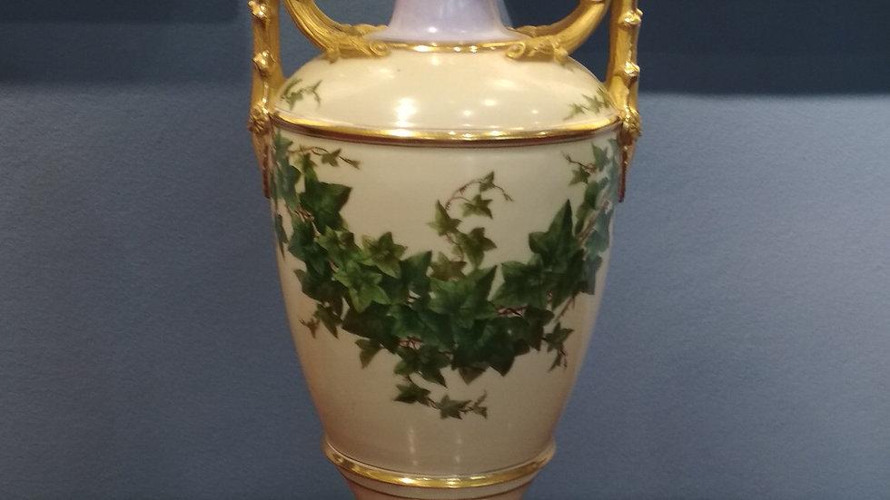 Vase mit goldenen Details und Efeubemalung