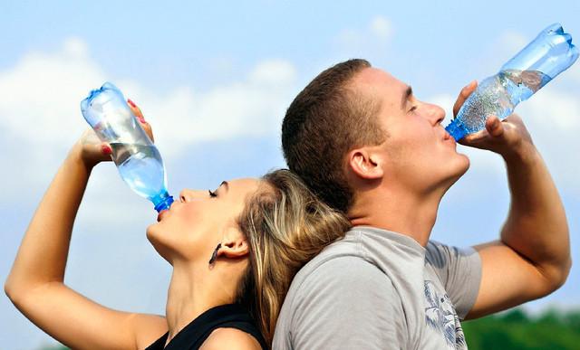 Dica para hidratar-se no verão: saiba os benefícios de beber água regularmente