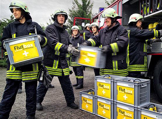 Feuerwehr benutz die Flutbox bei Hochwasser