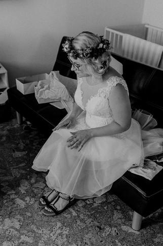 Altmark Hochzeit - Arendsee, natürliche Hochzeitsfotografie Altmark. Heiraten in Arendsee. Hochzeit im Haus am See Arendsee.Heiraten in der Altmark. natürliche und authentische Hochzeitsfotografie Altmark. Braut getting ready. Brautstyling in Arendsee. Braut mit Blumenkranz.