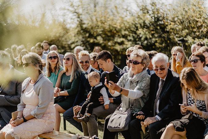 Sommerhochzeit am Veerse Meer in Holland. Natürliche Hochzeitsreportage. Freie Trauung in Holland. Hochzeitsgesellschaft. Hochzeitsgäste. Heiraten in Holland. Heiraten am Meer. Freie Trauung auf dem Campingplatz. Camperhochzeit.