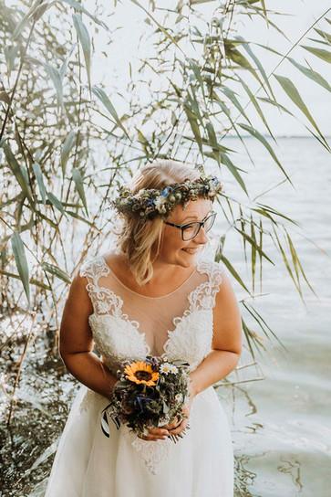 Altmark Hochzeit - Arendsee, natürliche Hochzeitsfotografie Altmark. Heiraten in Arendsee. Hochzeit im Haus am See Arendsee.Heiraten in der Altmark. natürliche und authentische Hochzeitsfotografie Altmark. Braut im Wasser. Braut im Arendsee. Bohobraut