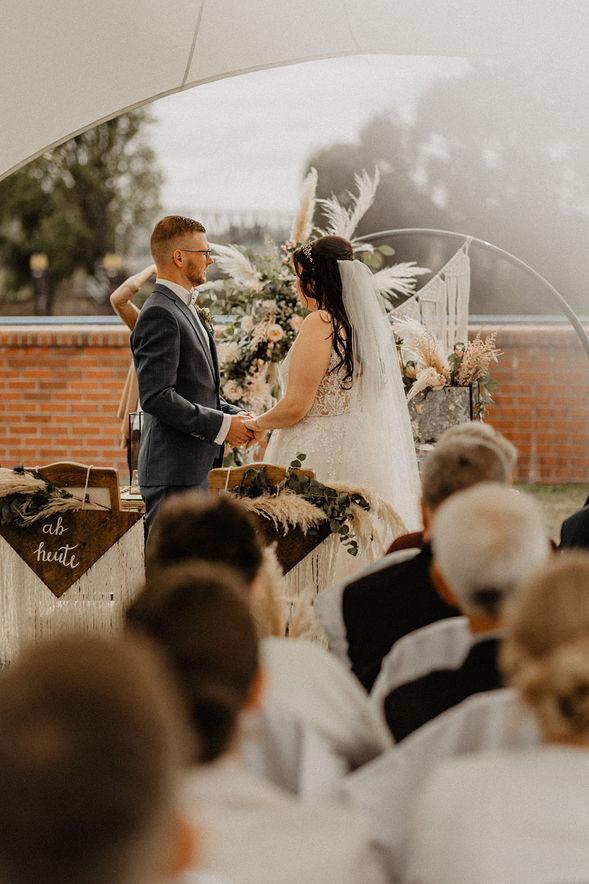 Boho-Hochzeit in der alten Ölmühle in Wittenberge, Brandenburg. Natürliche Hochzeitsreportage.