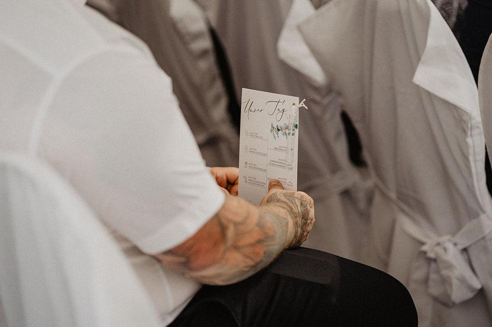 Boho-Hochzeit in der alten Ölmühle in Wittenberge, Brandenburg. Natürliche Hochzeitsreportage. Heiraten in der Altmark. Heiraten in der Ölmühle Wittenberge. Blatt&Blüte Hochzeitsfloristik. Bohohochzeit. Heiraten in Brandenburg. Crusz Brautkleid Berlin. Braut mit Trauzeuginnen. Bohohochzeit Altmark. Kristina Höfler Kalligrafie Hochzeitspapeterie.