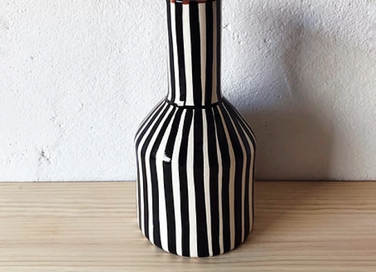 Vase Garafe rayé noir et blanc en terre cuite
