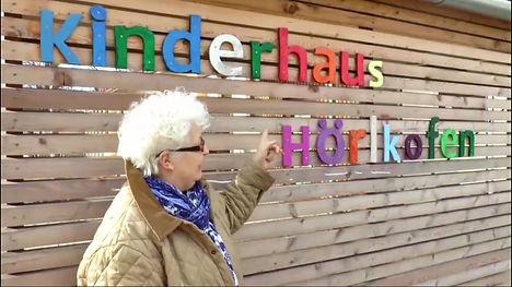 Christa Sieber zeigt ein Beispiel der Reflexintegration in einer Kindertagesstätte