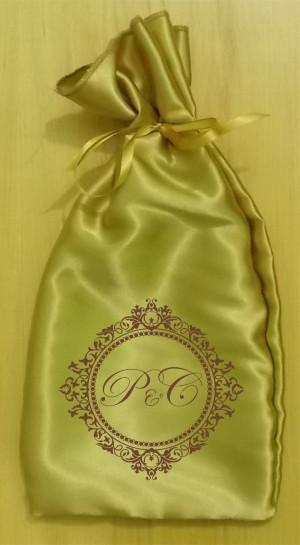 Saquinho de cetim dourado personalizado