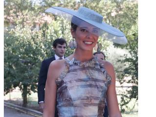 Belén Corsini, la invitada ideal con vestido metalizado en la boda de su hermana María