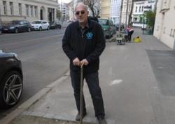 Hubert pflanzt eine Wildkräuterwiese