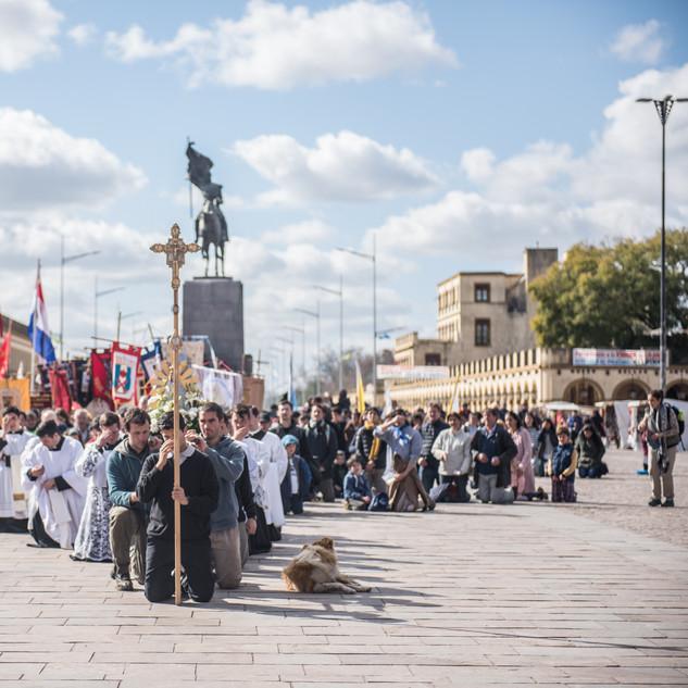 De rodillas frente a la Basílica.
