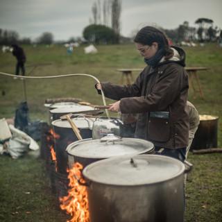 Preparando la comida en el campamento.