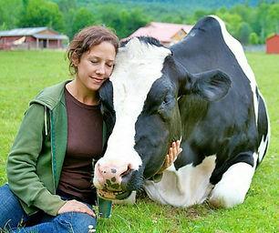 אישה עם פרה