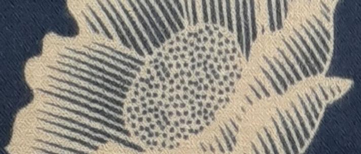 Étole bleue aux imprimés lotus