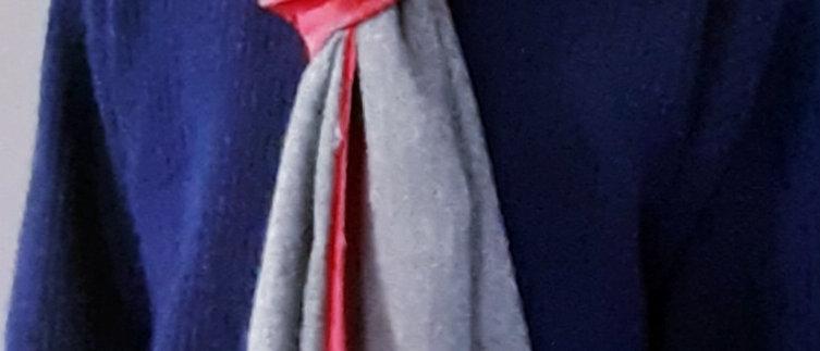Étole avec bordures rouges