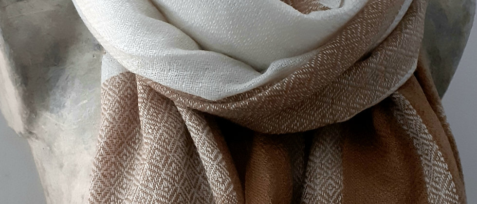 Étole camel blanc à carreaux et texturée