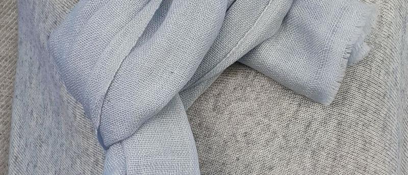 Étole bleue claire grisée
