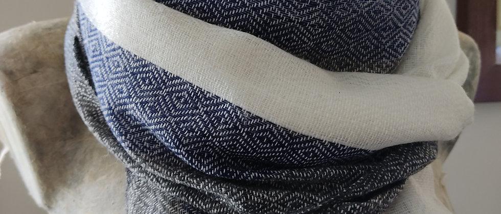 Étole blanche avec bordures bleues marines