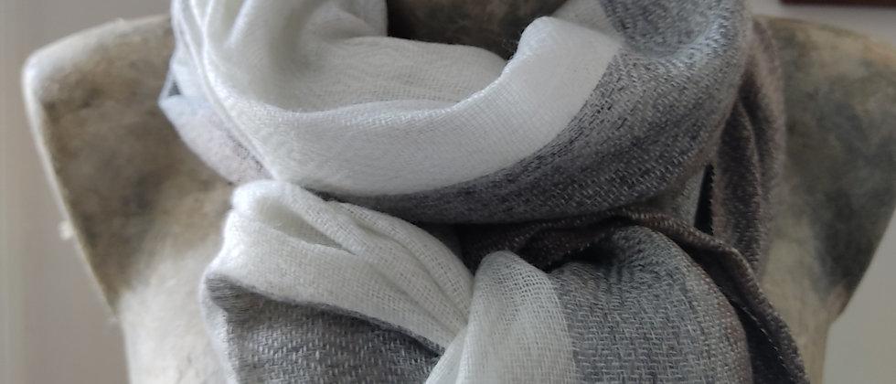 Étole blanche à bordure grise