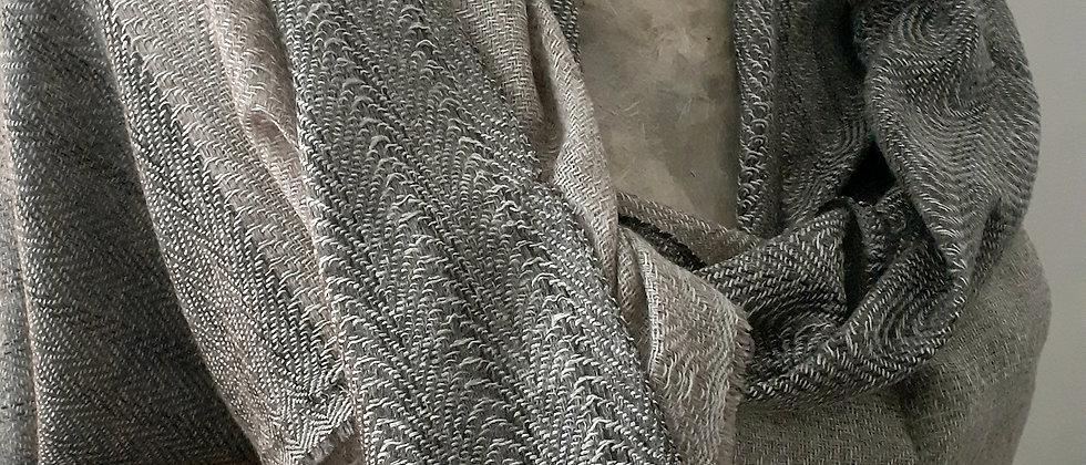 Étole grise et taupe au tissage texturé