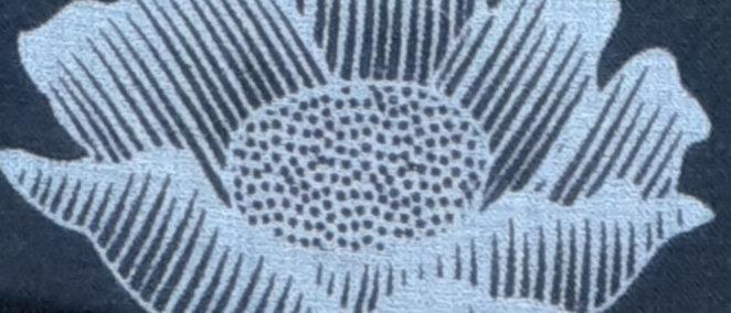 Étole noire aux imprimés lotus