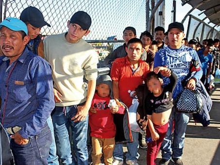 """Migrantes esperan asilo """"en la boca del lobo"""""""
