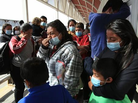 """""""EU nos regresa a México con engaños"""", denuncian migrantes"""