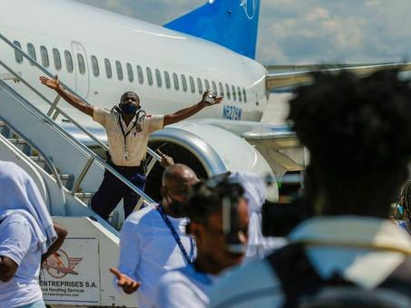 Haitianos deportados se enfrentan a autoridades en aeropuerto en Puerto Príncipe