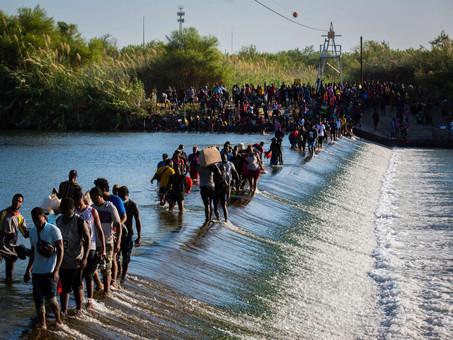 EU: Autoridades migratorias retienen hacinados a miles de migrantes haitianos bajo puente fronterizo