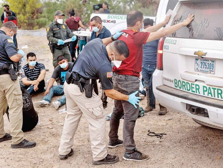 Demandan a Biden por recibir migrantes