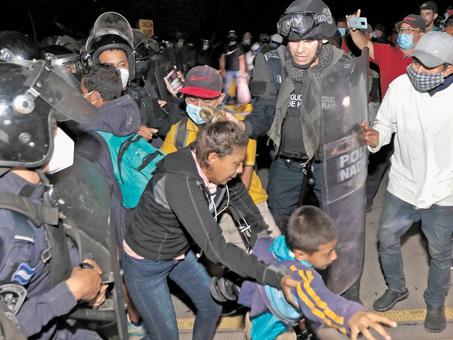 Miles de hondureños entran a Guatemala