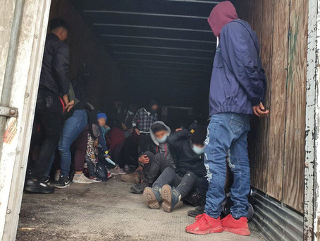 Detienen a 349 migrantes centroamericanos abandonados en camiones que pretendían llegar a EUA