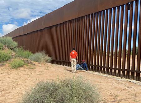 Hallan a migrante que cayó del muro de EE.UU. y llevaba tres días lesionado