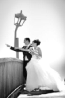 photo de couple de mariés au parc de palavas les flots photo noir et blanc réalisée par photographe à montpelliers