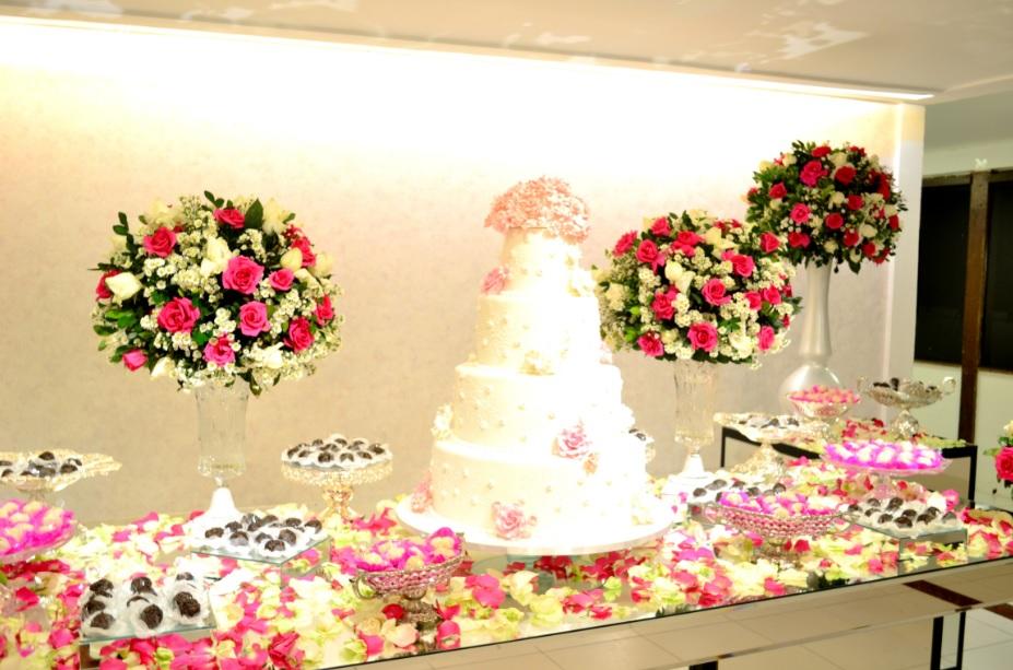 mesa do bolo branco e rosa