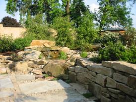 felsenquelle-mit-natursteinmauer.jpg