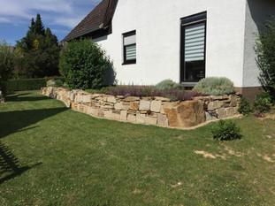Natursteinmauer_mit_Wiese.JPG