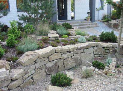 vorgarten-natursteinmauer.jpg