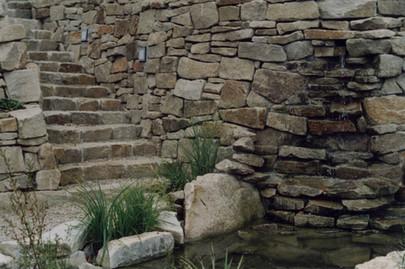 natursteinmauer-wasserfall.jpg