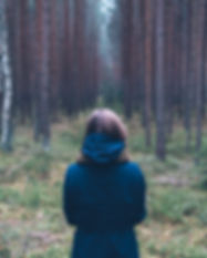 Vrouw alleen in Forest