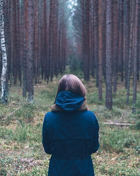 Frau allein im Wald