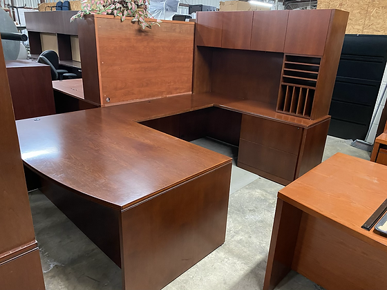 Executive U shaped desk with hutch