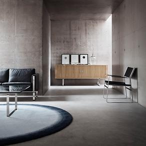 CH825 i smuk forening med sofa og lænestol af Wegner